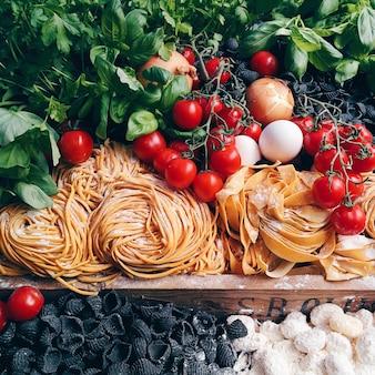 Pâtes, tomates et autres ingrédients italiens