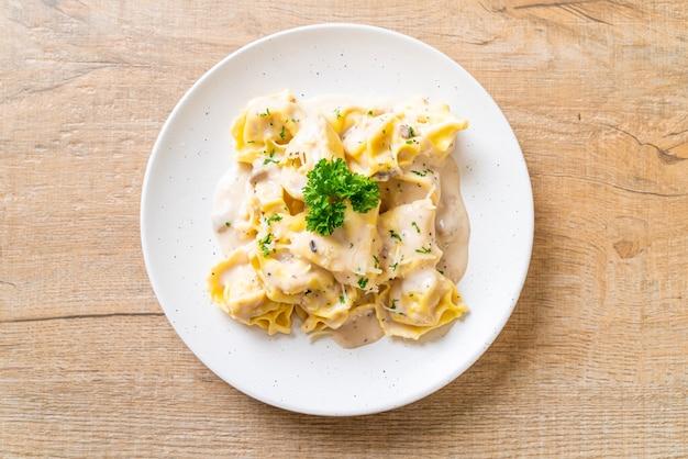 Pâtes tortellini avec sauce crémeuse aux champignons et fromage
