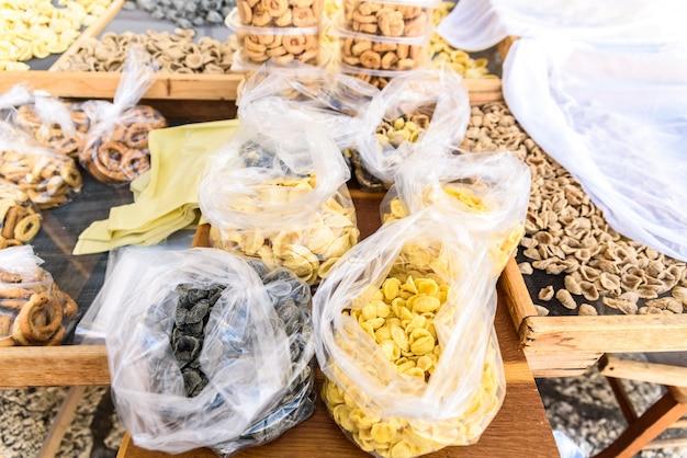 Pâtes traditionnelles d'orecchiette d'italie, à vendre dans les étals de rue de la ville de bari pour les touristes.