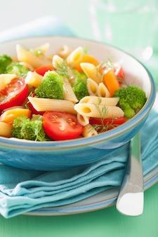 Pâtes végétaliennes avec brocoli tomate carotte