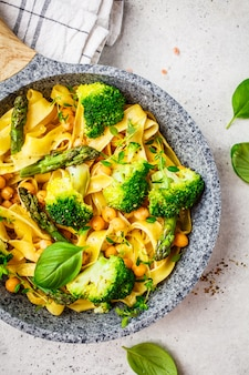 Pâtes végétariennes au brocoli, asperges et pois chiches
