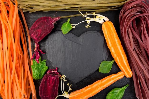 Pâtes végétariennes végétariennes colorées crues.