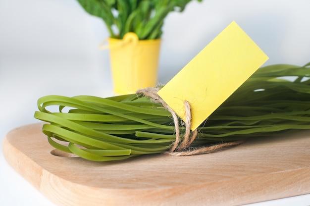 Pâtes vertes et son colorant végétal naturel aux épinards avec étiquette
