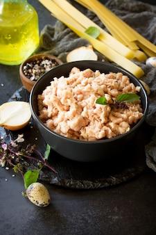 Pâtes à la viande hachée et ingrédients pour la cuisson de la viande hachée dans un bol sur une ardoise espace de copie