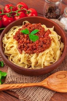 Pâtes à la viande, sauce tomate et légumes sur la table