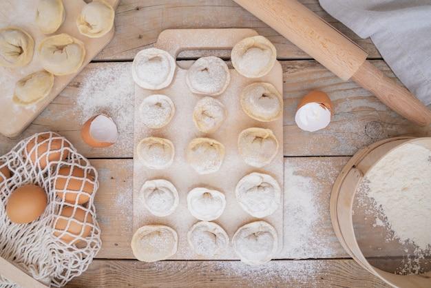 Pâtes vue de dessus avec garniture et farine saupoudrée