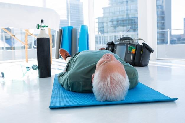 Patient allongé sur le tapis pour un traitement de réanimation