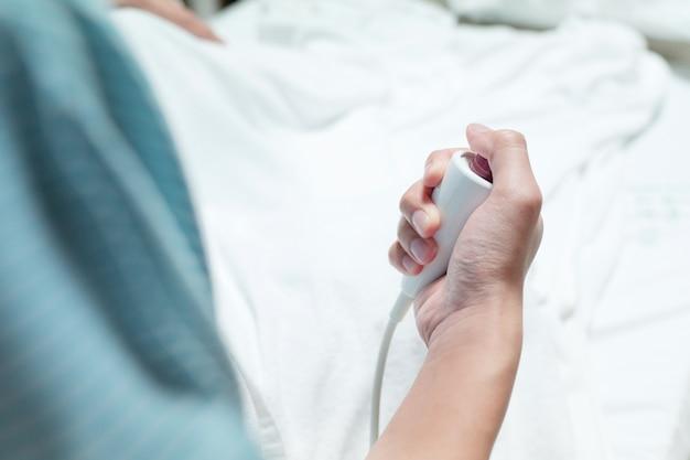 Patient appuyez sur le bouton d'urgence rouge pour appeler l'infirmière