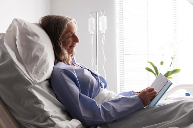 Patient au lit à l'hôpital