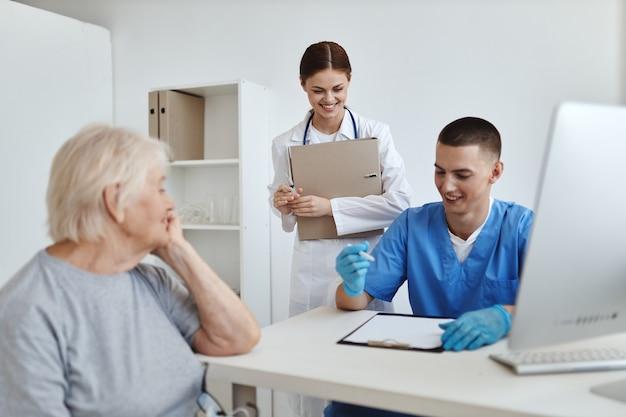 Patient aux rendez-vous de médecins et d'infirmières soins de santé d'hôpital