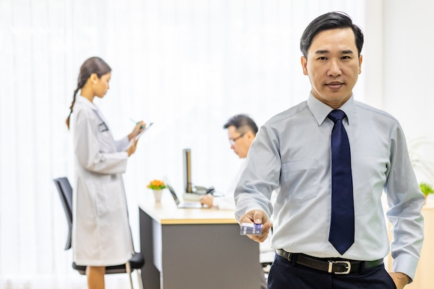 Patient avec carte de crédit pour le concept d'assurance