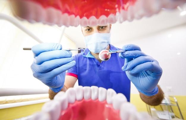 Le patient chez le dentiste.