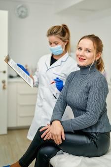 Un patient en clinique d'esthétique signe un document