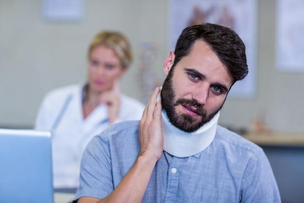 Patient avec un collier cervical