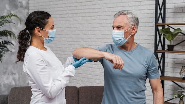 Patient commençant un entraînement de récupération médicale