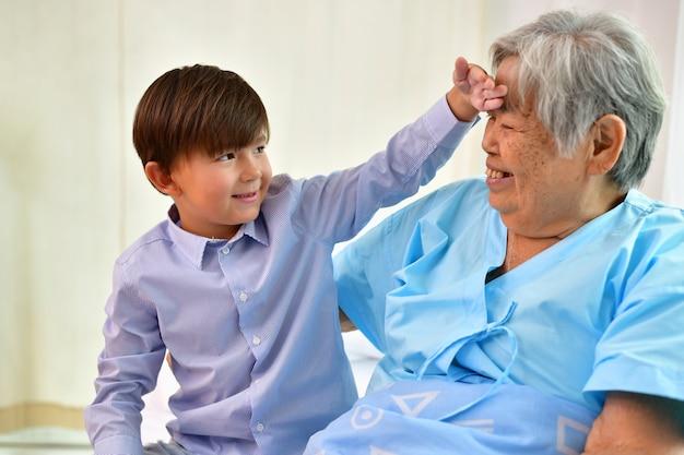 Patient concept, grand-mère à l'hôpital, en attente de quelqu'un à visiter.