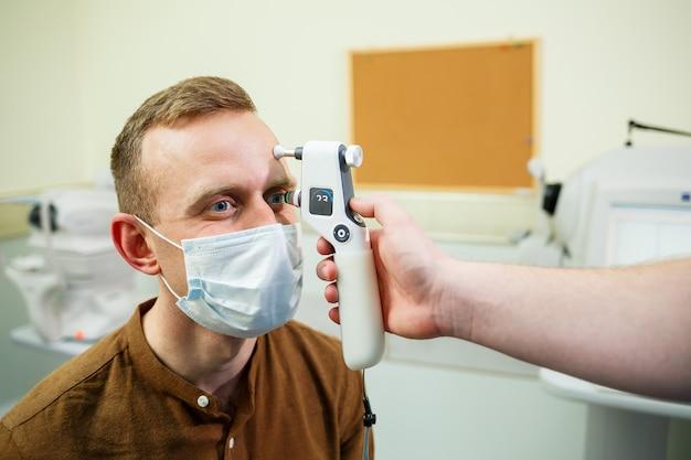Un patient dans un hôpital ophtalmologique. diagnostic oculaire dans un hôpital moderne.