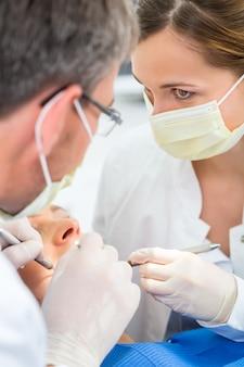 Patient avec dentiste - traitement dentaire