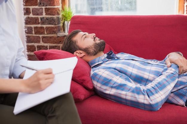 Patient déprimé couché sur le canapé