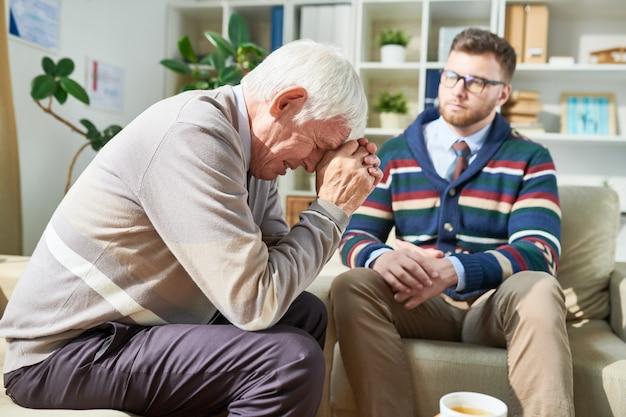 Patient émotionnel pleurant pendant une séance de psychothérapie
