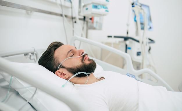 Un patient infecté par un coronavirus dans le service de quarantaine est couché dans son lit à l'hôpital.