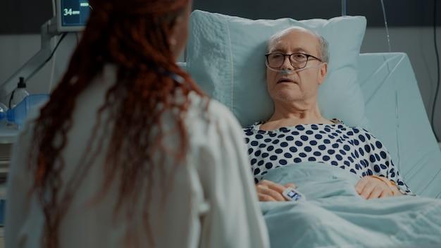 Patient malade avec la maladie écoutant le conseil du docteur