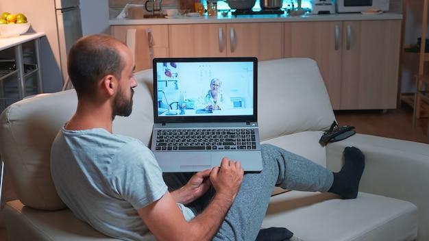 Patient malade parlant avec un médecin lors d'un rendez-vous de télémédecine en ligne