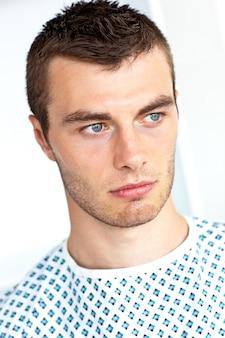 Patient masculin attendant un chirurgien