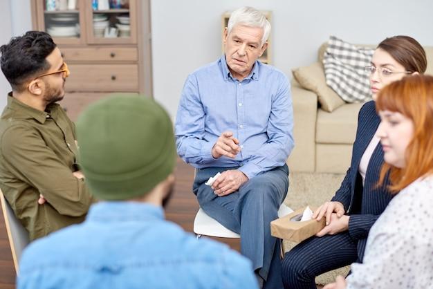 Patient masculin discutant du problème
