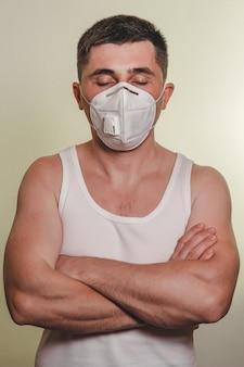 Un patient en masque médical sur l'auto-isolement pendant la quarantaine et la pandémie de coronavirus se tient avec les bras croisés nouveau