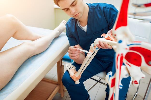 Patient avec médecin orthopédiste dans son bureau.