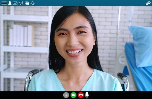 Patient parlant sur appel vidéo pour le service de télémédecine