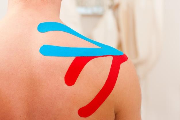 Patient à la physiothérapie avec du ruban adhésif