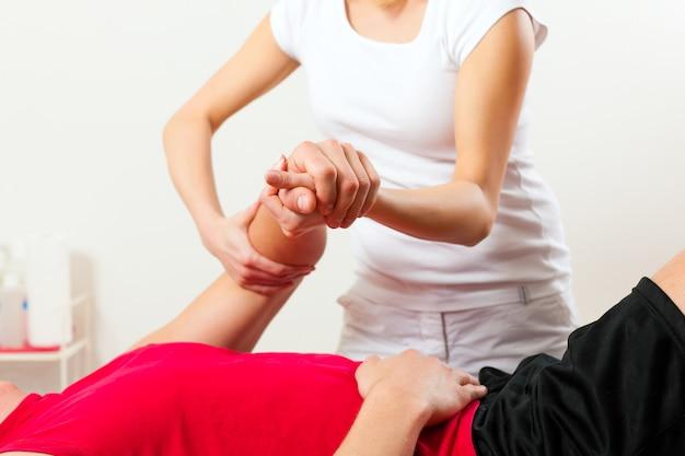 Patient à la physiothérapie faisant de la physiothérapie