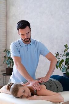 Patient en physiothérapie tir moyen
