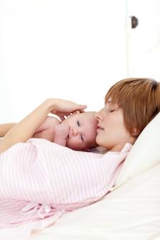 Patient relaxant avec son bébé nouveau-né au lit