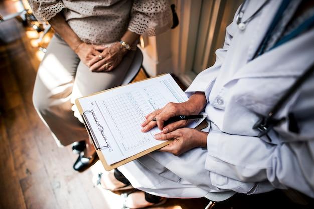 Le patient rencontre un médecin