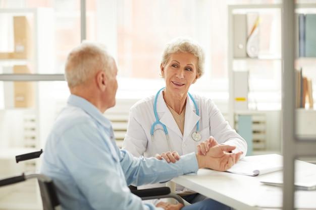 Patient senior au contrôle médical