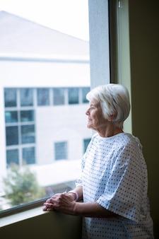 Patient senior debout à l'hôpital