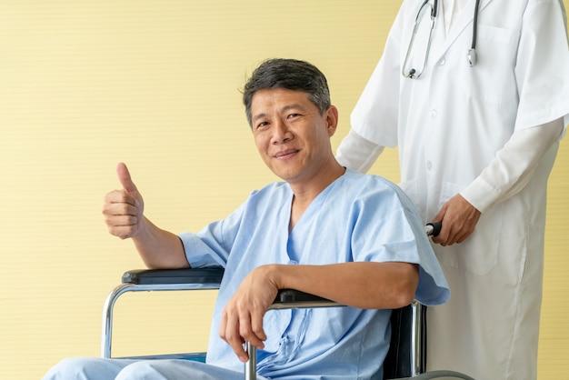 Patient senior en fauteuil roulant avec médecin