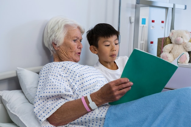 Patient senior et garçon lisant un livre
