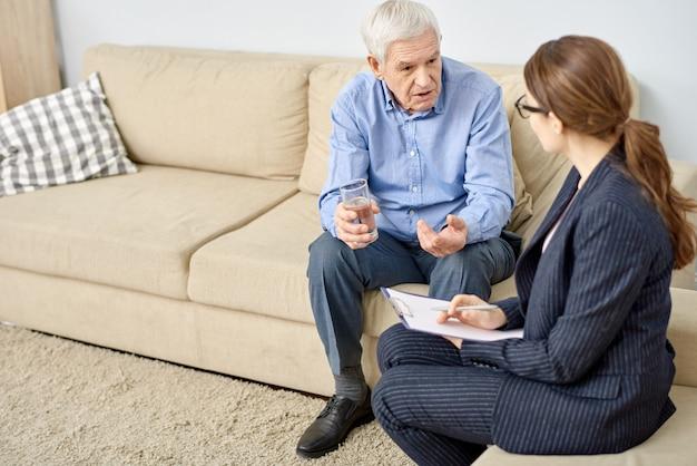 Patient senior parlant à un psychologue