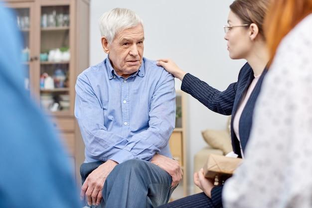 Patient senior réconfortant
