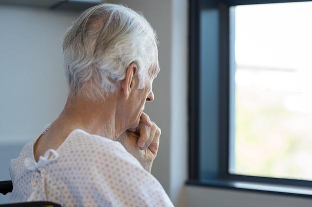 Patient senior réfléchi