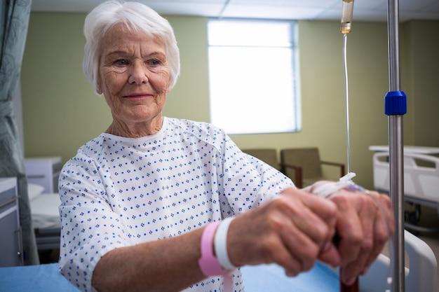 Patient senior souriant à l'hôpital