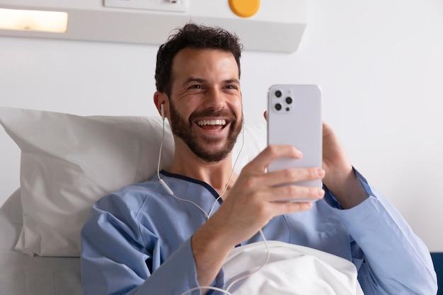 Patient de sexe masculin au lit à l'hôpital