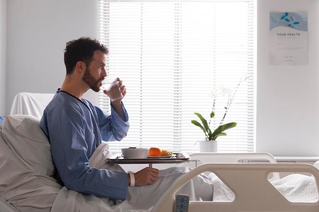 Patient de sexe masculin malade au lit à l'hôpital