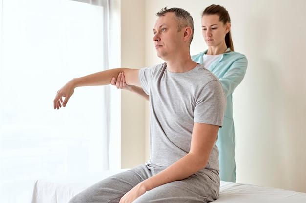 Patient de sexe masculin en thérapie avec physiologiste