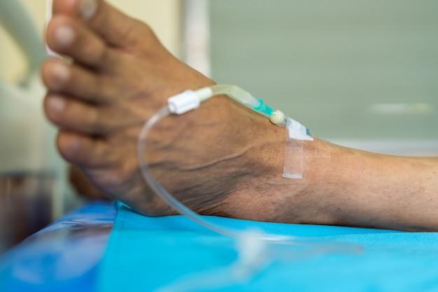 Patient avec une solution saline par voie intraveineuse à l'hôpital