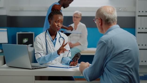 Patient supérieur obtenant la médecine de prescription du docteur